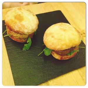 ORIBU GASTROBAR 2 hamburguesas 100%presa iberica,rúcula y barbacoa japonea