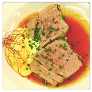ORIBU GASTROBAR atún asado teriyaki,salsa de tomate asados y espuma de ajos fritos