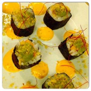 ORIBU GASTROBAR Futo-maki de salmón,aguacate al sesámo y cebolla frita crujiente