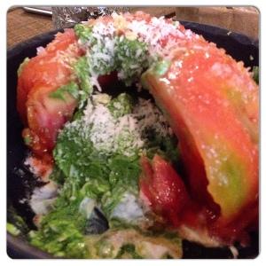 ALCOCER 42 tomate relleno de pesto y burrata.
